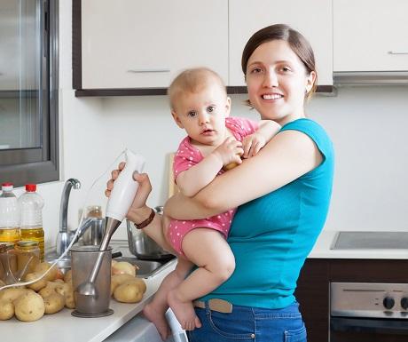 Mama si bebelus in bucatarie