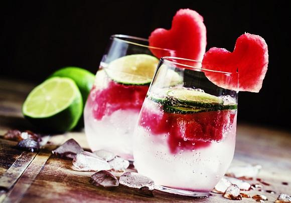 Bautura cu lamaie, apa minerala, pepene rosu