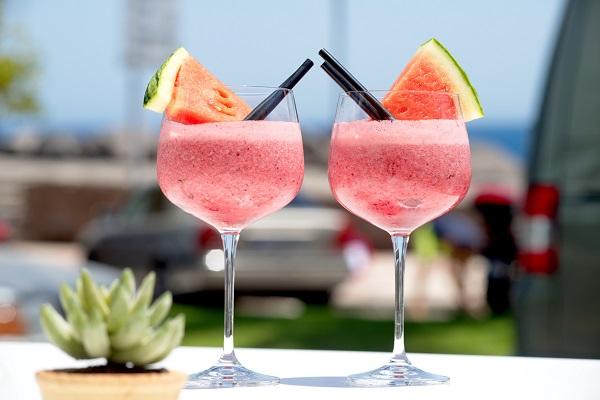 Cocktail din pepene rosu, cu decor din bucati de felii de pepene rosu