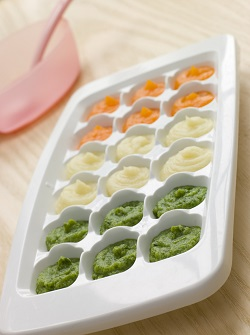 Piureuri pentru bebelus, puse intr-un recipient ce va fi pus la congelator