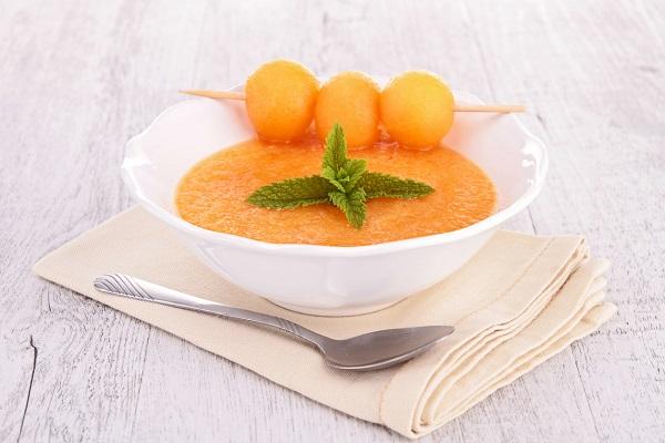 Supa de pepene galben si bile de pepene galben, puse pe un bat de frigaruie