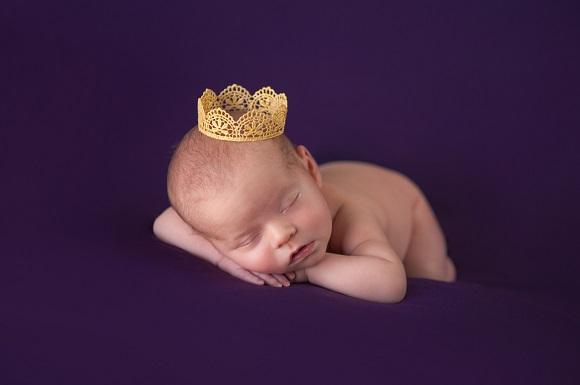 Bebelus cu o coronita pe cap