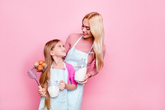 Mama ce vrea sa isi antreneze fetita in activitati de gatit