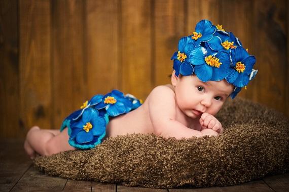Fetita cu flori albastre pe cap