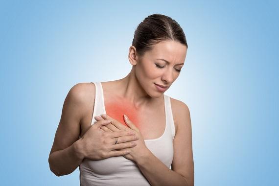 Femeie ce are durere la un san