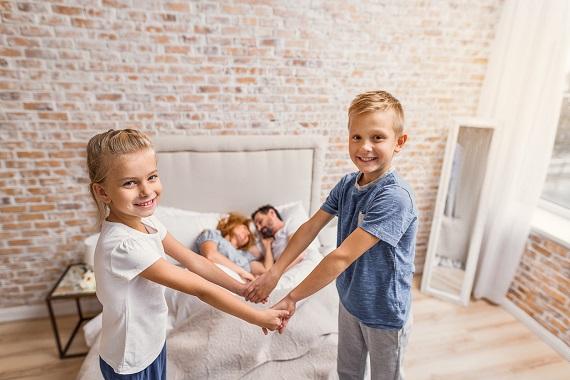 Copii fericiti, in camera parintilor lor