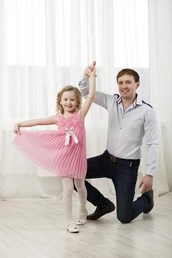 Un tata isi poate ajuta fiica sa devina puternica si daca ii face adesea complimente