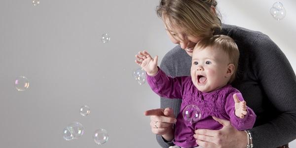 Cum sa-ti faci copilul sa zambeasca: jucati-va cu baloanele de sapun