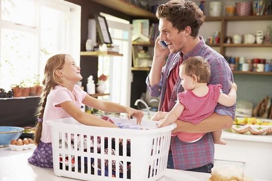 Un tata poate sa-i  ofere un model de educatie fiicei sale daca se va implica si in activitatile casnice