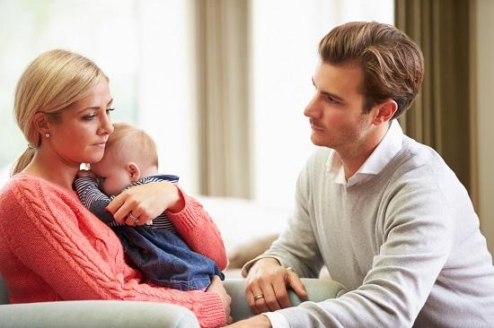 Partener ce incearca sa-si linisteasca partenera, ce este trista dupa venirea pe lume a copilului lor