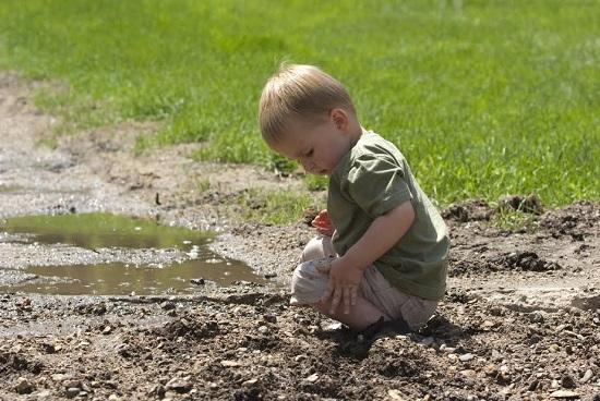 Lasa copilul sa se mrdareasca la joaca pentru a veni in contact cu tot felul de microbi
