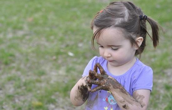 Lasa copilul sa atinga tot felul de lucruri pentru a veni in contact cu microbi si a-si forma o imunitate puternica