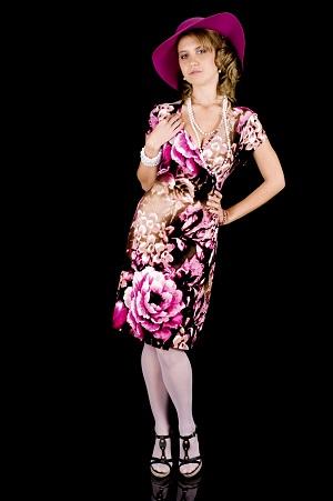 Fata purtand palarie si rochie inflorata