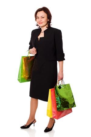 Femeie in deux-piece negru, cu sacose de cumparaturi in mana