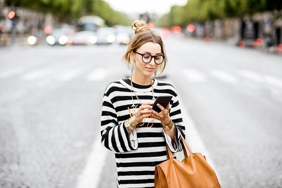 Fata cu ochelari si cu bluza cu dungi