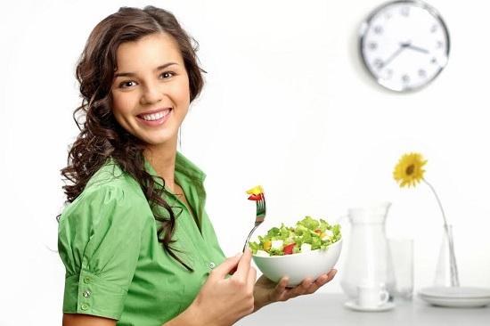 Fata ce doreste sa manance o salata