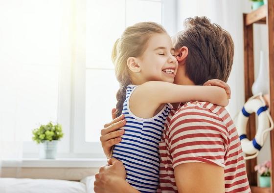 Fetita ce isi imbratiseaza tatal