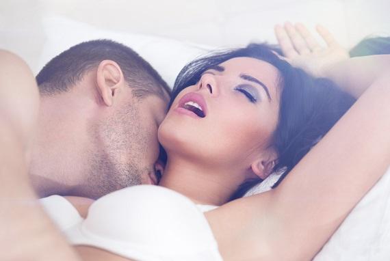 Cuplu intr-un moment intim