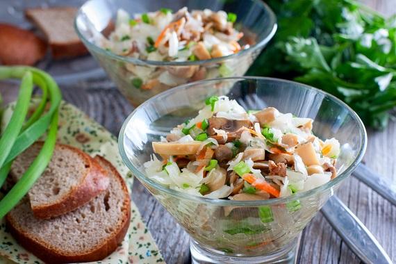 Salata cu varza murata si cu ciuperci