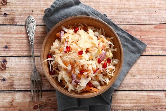 Salata de varza murata si cu ceapa si rodie