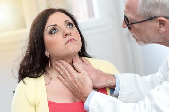 Tanara la endocrinolog pentru un consult al tiroidei
