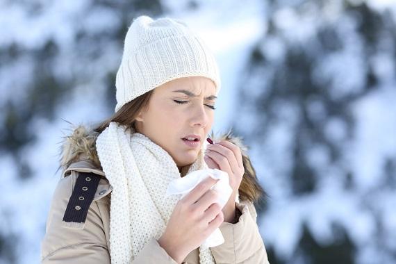 Fata ce se plimba in aer liber intr-o zi de iarna si vrea sa ia o pastila