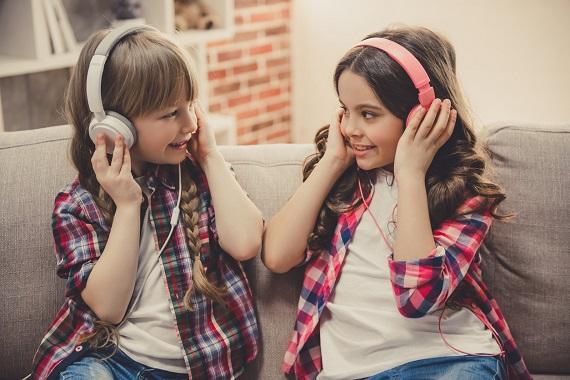 Fetite ce poarta casti audio
