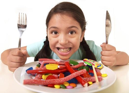 Consumul de dulciuri poate alimenta mirosul neplacut din gura copilului