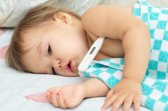 Bebelus care nu se simte bine si i se ia temperatura