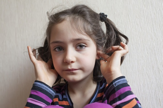 Fetita ce si-a bagat degetele in urechi
