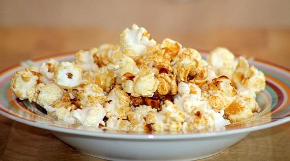Popcorn pe o farfurie