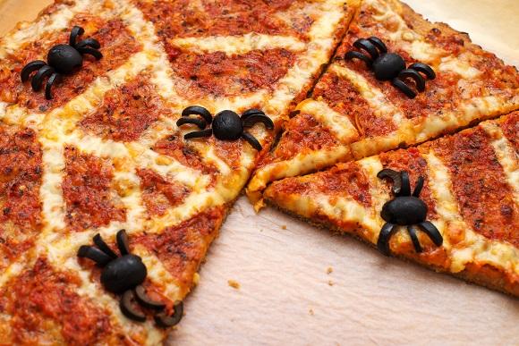 Pizza cu panza de paianjen din mozzarella
