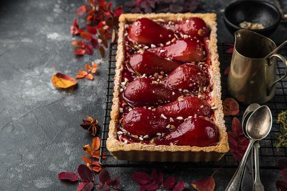 Tarta cu pere posate in vin rosu