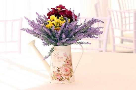 Lavanda in vaza, alaturi de alte flori