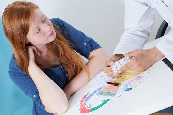 Medicul ii explica pacientei cum sa ia medicamente, in functie de menstruatie