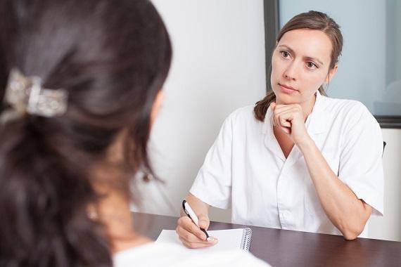 Pacienta ce discuta cu medicul