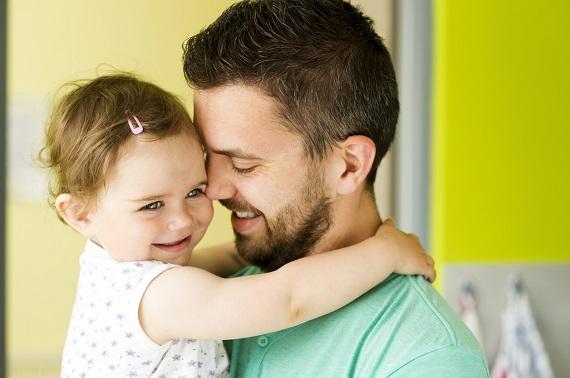Fetita in brate la tatal ei