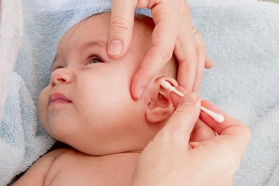 Mama ce curata urechile bebelusului cu betisoare de urechi obisnuite