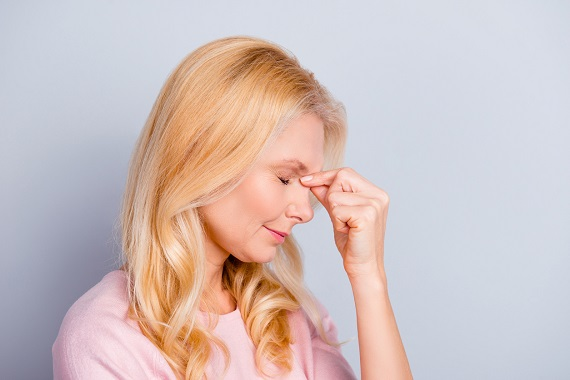 Femeie cu durere de cap in zona sinusurilor