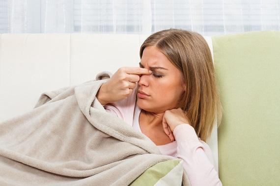 Fata pe canapea, cu disconfort in zona sinusurilor