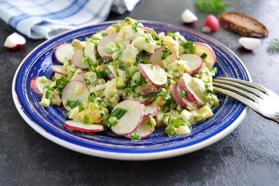 Salata cu ridichi, branza si legume verzi