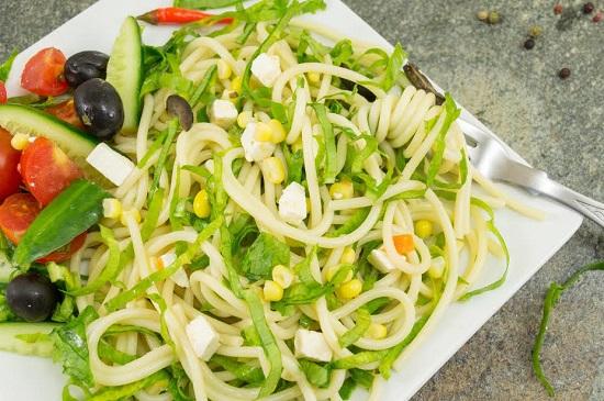 Salata de paste cu porumb si legume proaspete