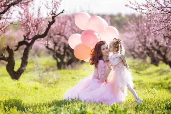 Mama si fiica se bucura de pomii infloriti