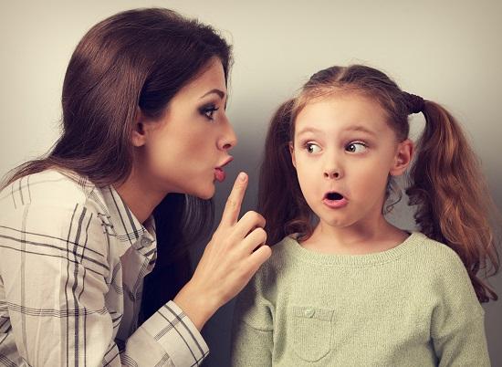 Mama ce ii atrage atentia fetitei sale pentru ca aceasta sa taca