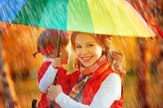 Mama si fetita ei sub o umbrela
