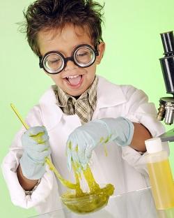 Copil ce face un experiment cu slime