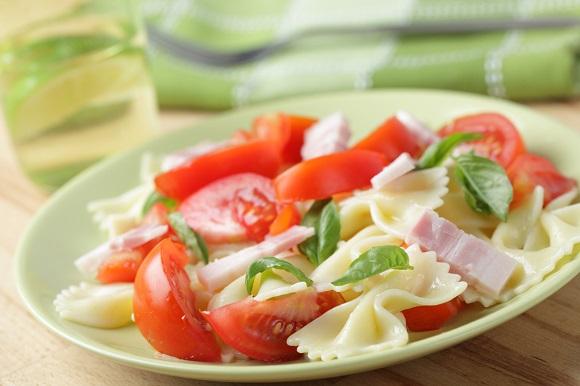 Salata de paste cu rosii si cu sunca