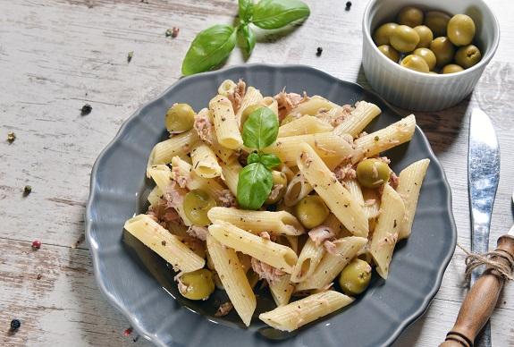 Salata de paste cu peste si cu masline verzi