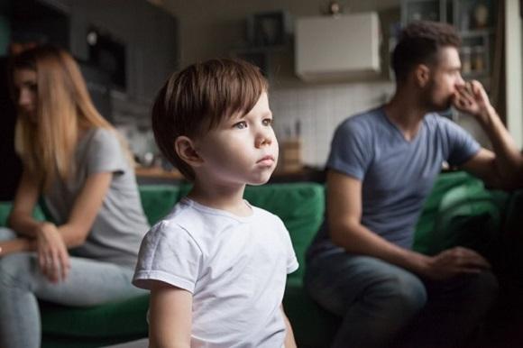 Parinti suparati unul pe altul si baietel care sta singur si trist