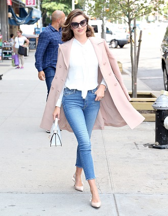 Femeie purtand un pardesiu roz deschis